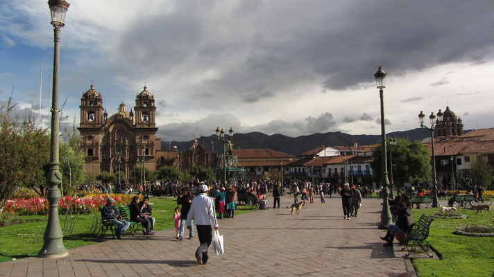 Plaza de ArmasPlaza de Armas. Der wohl bekannteste Platz Cuscos wird gesäumt von Kirchen, Restaurants, Läden und Bars. Er ist ein imposantes Stückchen Stadt, sollte nachts aber besser gemieden werden.