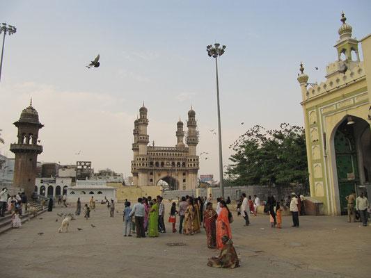 In der Moschee Mecca mit dem Charminar im Hintergrund.