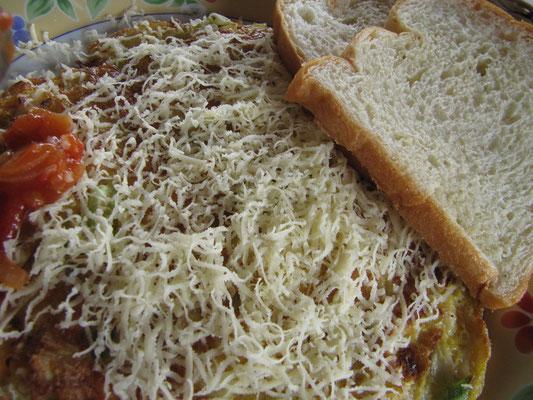 Omelette mit Tomaten, Käse und Toast.