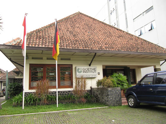 Das Goethe Institut in Bandung. Haben gleich mal reingeschaut. Keiner gemerkt, dass ich Deutscher bin.