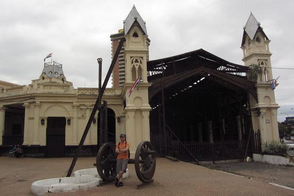 Der alte Bahnhof (Estación del Ferrocarril) ist inzwischen nicht mehr in Betrieb. Trotzdem wurde das Gebäude gepflegt und beherbergt heute ein Museum zur Eisenbahnfahrt in Paraguay.