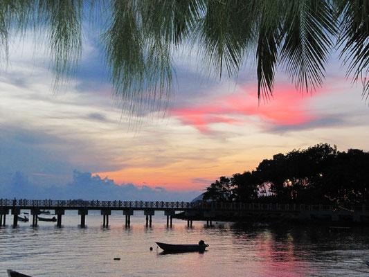 Der Pier der Coral Bay bei Sonnenuntergang.