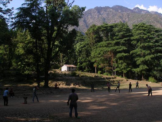 Auch wenn Mcleod Ganj fest in exil-tibetischer Hand ist, liegt die Sadt immer noch in Indien. Also wird auch hier Cricket gespielt.