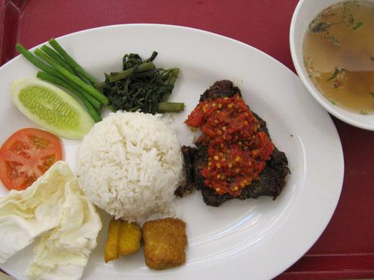 Nasi Lemak mit Rindfleisch nach indonesischer Art.