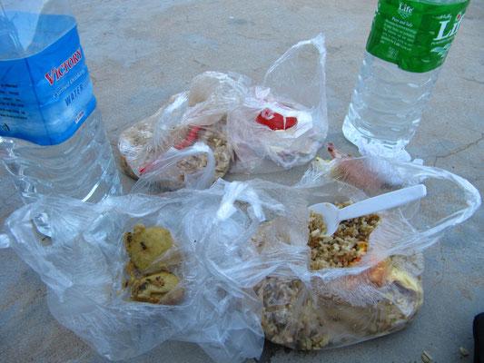 Unser Lunchpacket für einen der Tempel-Tage in Bagan. Gebratener Reis sorgt für die notwendige Kohlenhydratzufuhr.