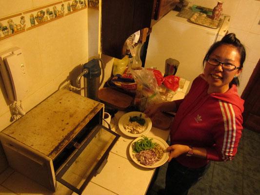 Chihi beim Vorbereiten unserer selbstgemachten Pizza in der Wohnung unseres Gastgebers Diego.