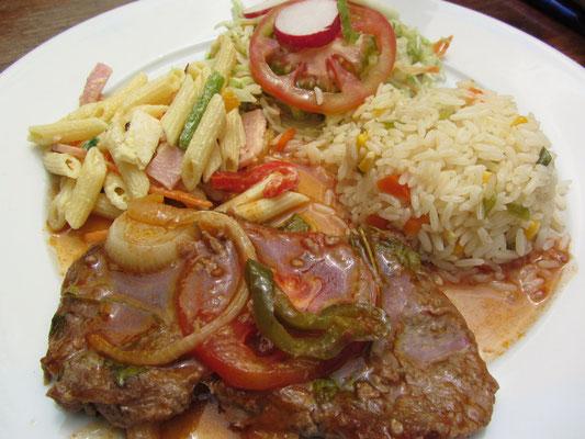 Geschmortes Rindfleisch mit Gemüse, Gemüsereis, Nudelsalat und Salat.