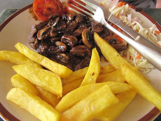 Beefsteak mit Pilzsoße und Pommes. Nach soviel Curries ist ein solches Gericht ein wahrer Segen und zeigt mit meine europäischen Wurzeln auf.
