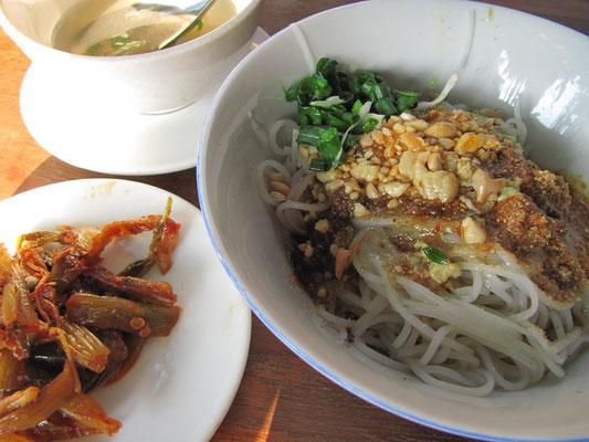 Ein burmesischer Klassiker: Kalte Reisnudeln mit Erdnüssen, dazu scharf eingelegtes Gemüse. Ein echter Nationalsnack für den kleinen Geldbeutel.