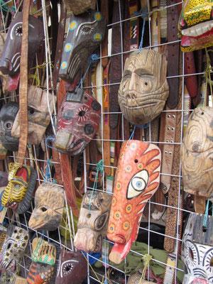 Masken auf dem Künstlermarkt Santo Domingo.