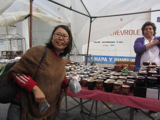 Glückliche Chihi hat gerade auf dem Markt unseren Matebecher erstanden.