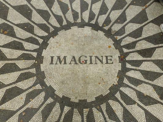 In dessen Zentrum ist in Anlehnung an Lennons vielleicht berühmtesten Titel Imagine zu lesen. Jedes Jahr an seinem Todestag versammeln sich dort Menschen, um seiner zu gedenken.