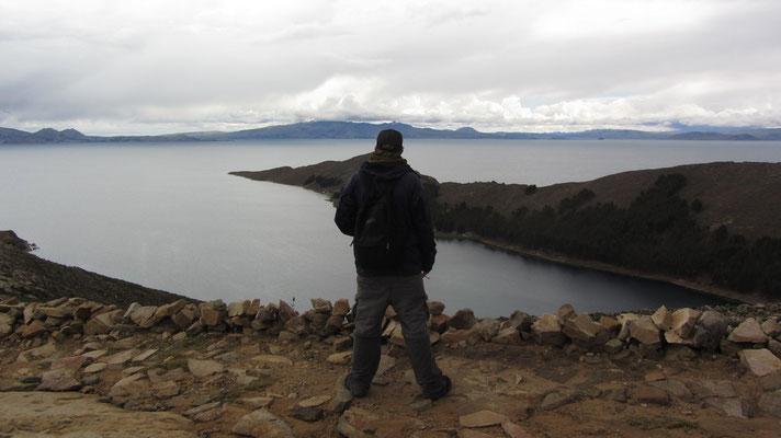Die höchste Erhebung der Insel (Cerro Chequesan) ist 4.075 m hoch (sie erhebt sich also 265 m über das Niveau des Titicacasees).