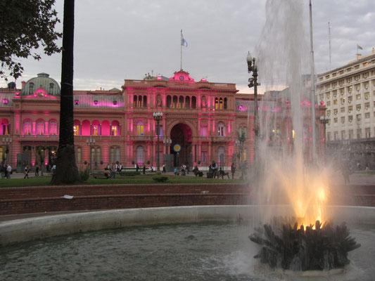 """La """"Casa Rosada"""" (span. für Rosa Haus) ist der argentinische Präsidentenpalast an der Ostseite der Plaza de Mayo im Stadtteil Montserrat."""