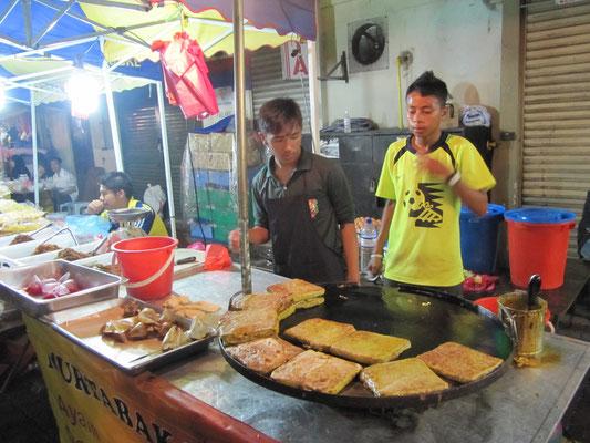 """Murtabak (pikant gefüllte """"Crepes"""" nach malayischer Art)."""