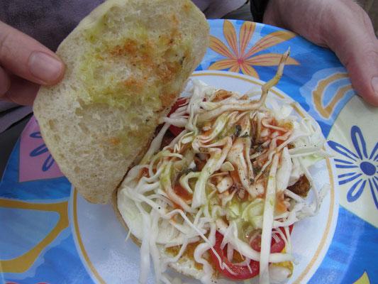 Sandwich mit Omelette und Salat.