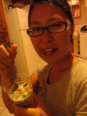Bei der Cevichezubereitung. Ceviche ist roher Fisch in einer Limonenmarinade.