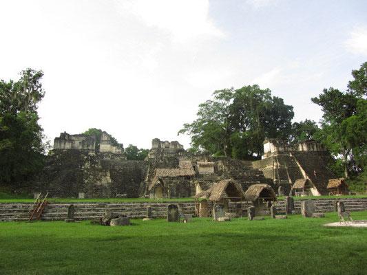 Nordakropolis mit Stelen im Vordergrund.