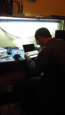 Unser Gastgeber ist Elektrofreak, hat ein eigenes Bastelzimmer, und gleich Chihis Computertastatur gerichtet. Meine Uhr übrigens auch :)