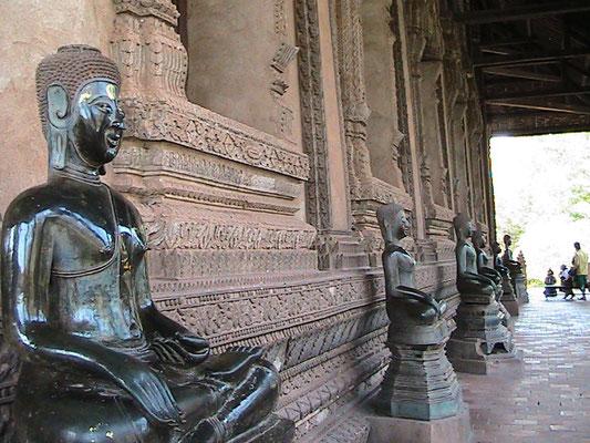 ... mehr Buddhafiguren.