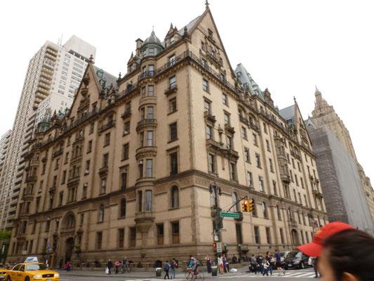 The Dakota (auch Dakota Building genannt) ist ein exklusives, traditionsreiches Appartementhaus in New York City, an der Ecke 72nd Street und Central Park West. Hier vor dem Eingang wurde John Lennon erschossen.