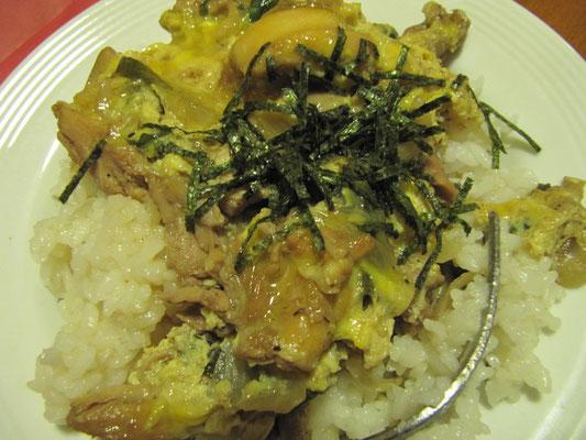 Oyakodon (Hühnchen mit Ei auf Reis). Selbst von unserer japanischen Gastgeberin zubereitet.