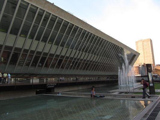 Die EPM-Bücherei am Plaza Cisneros.