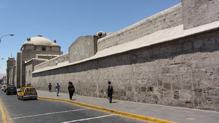 Monasterio Santa Catalina. Dieses ehemalige Dominikanerkloster war früher ein Ort der Peruanischen Elite, nur die Töchter aus sehr gutem Hause durfte hier gegen eine kräfte Gebühr eintreten. Dementsprechen protzig ist die gesamte Anlage gestaltet.