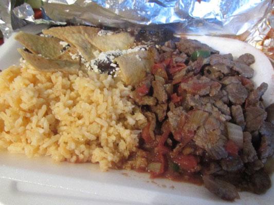Rindfleisch mit Tomaten und Zwiebeln, Reis und Frijoles refritos.
