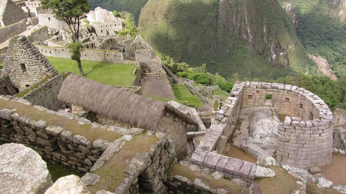 Im Sonnentempel (rechts) gibt es eine Pyramide mit einem Granitzapfen, mit welcher die Inkas am Schatten des Granitzapfens Tageszeiten, Sternbilder und Planetenbahnen erkannten. Jedes Jahr zur Wintersonnenwende wurde ein großes Fest veranstaltet.