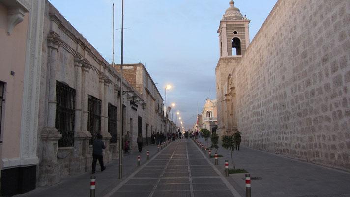 """Die meisten Gebäude in Arequipa wurden aus weißem Vulkanstein erbaut. Daher hat Arequipa den Spitznamen """"Weiße Stadt"""" bekommen."""