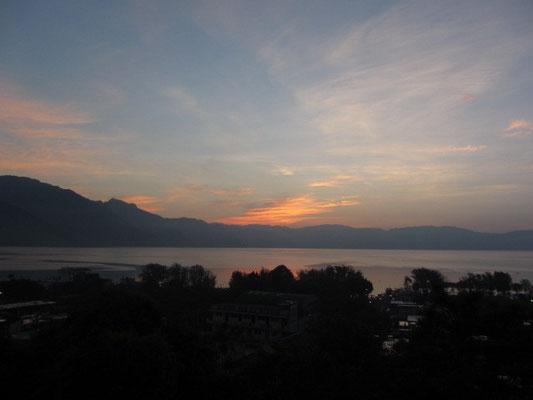Sonnenaufgang über dem See.
