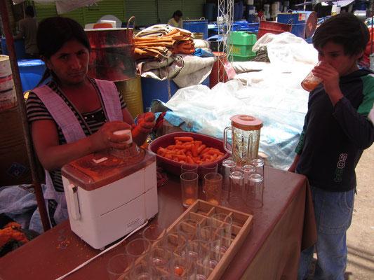 Möhrensaftverkäuferin. Der Saft ist unglaublich billig.