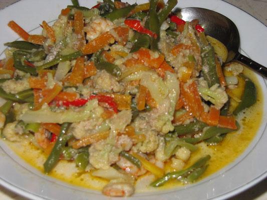 Gebratenes Gemüse mit Garnelen.