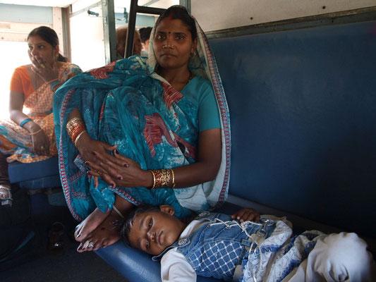 Ja, so schaut's aus in den indischen Zügen. Im Bundesstaat Punjab ist das auch nicht anders. Es ist heiß, stickig und die Fahrgäste ermüden.
