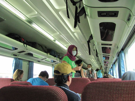 Viele Fahrgäste schützten sich schon vor dem Ausstieg vor dem Rauch des Merapi-Vulkans.