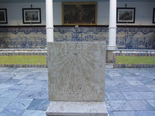 Die Franziskanerkirche besitzt eine der größten Sammlungen von Blaufliesengemälden (Azulejos), die in Portugal hergestellt wurden und war ein Geschenk des Königs von Portugal, Johann III.