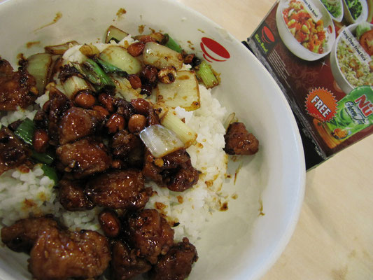 Essen im Department Store: Reis, Hühnchen in dicker Sojasoße und gebratenes Gemüse.
