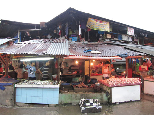 Huhn- und Fischverkäufer auf dem Markt.