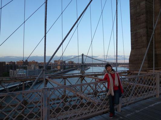 Die Brooklyn Bridge überspannt den East River und verbindet die Stadtteile Manhattan und Brooklyn miteinander. Die Brücke hat heute sechs Fahrstreifen sowie in der Ebene darüber einen breiten Fuß- und Radweg.