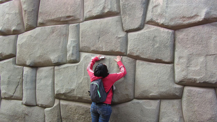 Chihi untersucht die präzise Inkaarchitektur.