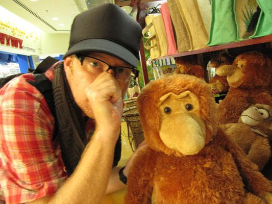 Ein Affe und ein Stofftier.