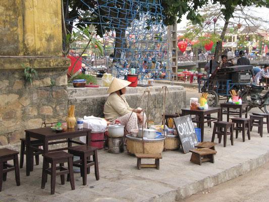 Cao lầu-Stand. Das leckere hoi anische Nudelgericht gibt es an jeder Strassenecke.