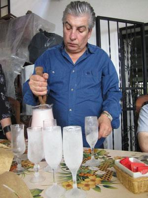 Facundos Vater, der Asador beim Zubereiten eines galaktischen, alkoholischen Mischgetränks. Wenn ich strebe, dann bitte in diesem Gesöff ertinken.
