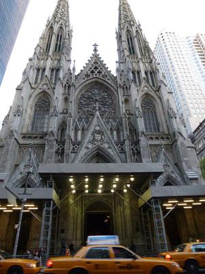 Die St. Patrick's Cathedral ist die größte im neugotischen Stil erbaute Kathedrale in den Vereinigten Staaten. Sie befindet sich an der 50th Street und der Fifth Avenue in Manhattan, direkt gegenüber dem Rockefeller Center.