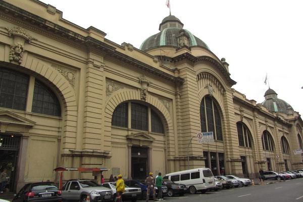 """Nahe dem Stadtzentrum liegt der """"Mercado Municipal"""", die alten Markthallen von São Paulo, auch unter dem Namen """"Mercado Central"""" bekannt. Die kürzlich vollständig renovierten überdachten Hallen sind 1933 eröffnet worden."""