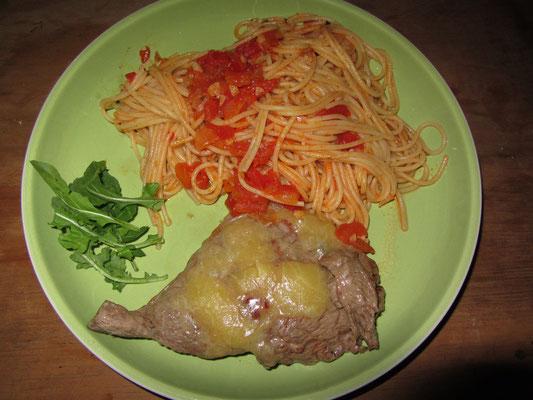 Käsesteak, Spaghetti mit Markttomatensoße und Ruccola.