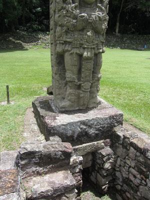 Stele 4 hat eine Art Altar unter der Skulptur.