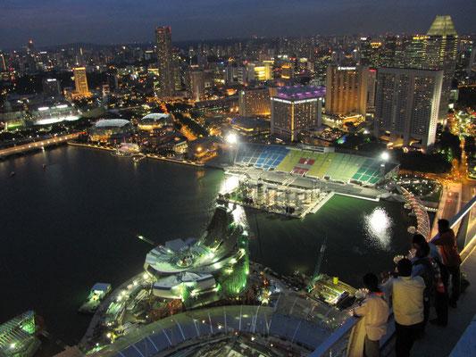 Marina Bay bei Nacht vom Skypark aus.