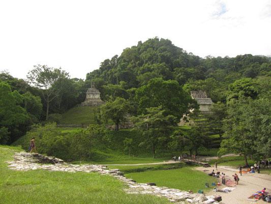 Südöstlich des Palastes liegen drei Tempel, die einen offenen Platz begrenzen und zusammen als Kreuzgruppe bezeichnet werden.